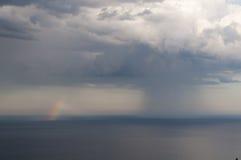 Regenboog over zeewater Royalty-vrije Stock Afbeelding