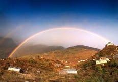 Regenboog over Zuluk-dorp, Sikkim, India Royalty-vrije Stock Afbeeldingen