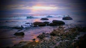 Regenboog Rocky Shorelines bij Zonsondergang royalty-vrije stock foto