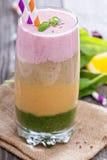 Regenboog smoothie met bessen en vruchten royalty-vrije stock foto's