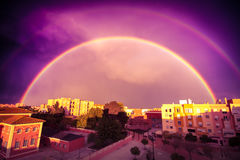 Regenboog in stad Royalty-vrije Stock Foto's