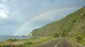 Regenboog tussen motregen stock afbeeldingen