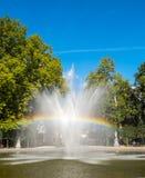 Regenboog van kunstmatige fontein in park Royalty-vrije Stock Foto's