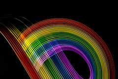 Regenboog van trillende kleuren op zwarte krommen Te schrijven ruimte royalty-vrije stock foto