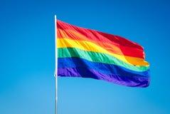 Regenboog Vrolijk Pride Flag op blauwe hemel backgrond, het Strand van Miami, Fllorida, de V.S. Stock Foto's