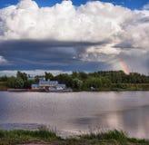 Regenboog Wolken Een oude pijler stock afbeelding