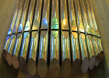 Regenboogbezinning over orgaanpijpen Stock Fotografie