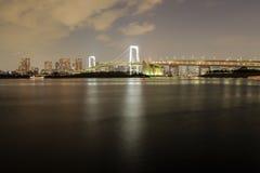 Regenboogbrug bij nacht in Tokyo Stock Foto's