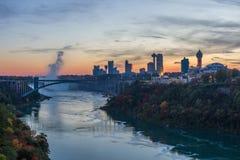 Regenboogbrug bij Niagara-Dalingen, de V.S. stock afbeelding