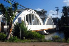Regenboogbrug in Haleiwa, Oahu, Hawaï stock foto's