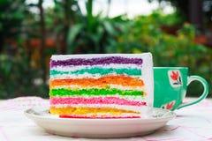 Regenboogcake en koffie Stock Fotografie