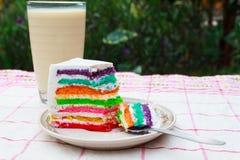 Regenboogcake en melk Royalty-vrije Stock Afbeeldingen