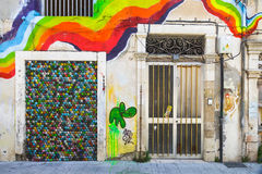 Regenbooggraffiti op de oude muur Stock Afbeelding