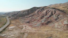 Regenboogheuvels van Khizi, landschaps rode bergen Xizi, Azerbeidzjan Lucht video4k stock footage