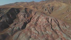 Regenboogheuvels van Khizi, landschaps rode bergen Xizi, Azerbeidzjan Lucht video4k stock video