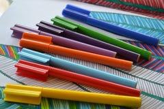 Regenboogkleur gevoelde pennen Stock Foto