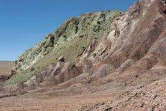 Regenboogvallei Valle Arcoiris, in de Atacama-Woestijn in Chili De minerale rijke rotsen van de Domeyko-bergen geven de vallei t royalty-vrije stock afbeeldingen
