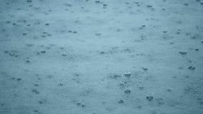 Regendalingen die in een vulklei met blauwe hemelbezinning golven stock videobeelden