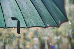 Regendalingen die van de paraplu vallen Bewolkt, vocht stock fotografie