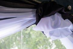 Regendalingen die van een tent vallen Stock Foto