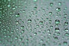 Regendalingen op autoglas met hydrophobic deklaag macrofoto stock afbeelding
