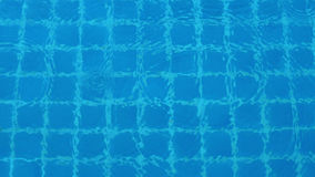 Regendalingen op blauw water zwembad Stock Afbeelding