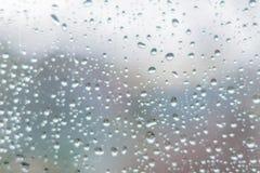 Regendalingen op donker glazen venster Abstracte textuur als achtergrond D stock afbeelding