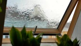regendalingen op duidelijk venster stock footage