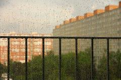 Regendalingen op een venster Stock Afbeeldingen