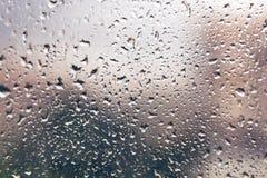 Regendalingen op een venster De dalingen van het water op vensterglas Achtergrond Royalty-vrije Stock Fotografie