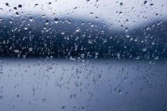 Regendalingen op een venster of waterdalingen op glasachtergrond royalty-vrije stock foto's