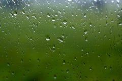 Regendalingen op een venster of waterdalingen op glasachtergrond stock fotografie