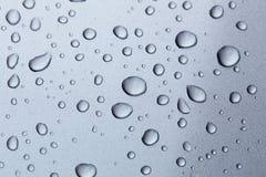 Regendalingen op een zilveren regenachtig seizoen van de autokap Royalty-vrije Stock Fotografie