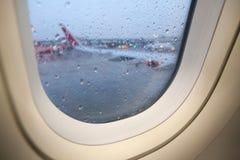 Regendalingen op het venster van het vliegtuig Royalty-vrije Stock Afbeeldingen