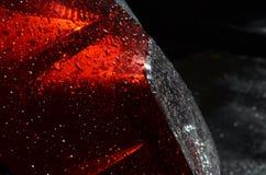 Regendalingen op rode koplamp van een auto Royalty-vrije Stock Foto