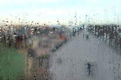Regendalingen op venster Stock Afbeelding