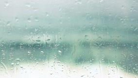 Regendalingen op venster stock footage