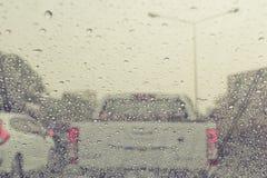Regendalingen op windschermauto Stock Afbeeldingen
