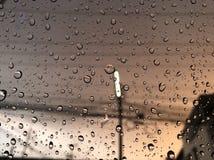 Regendruppel, regenachtig in de avond tijd stock afbeeldingen
