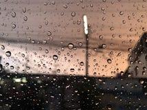 Regendruppel, regenachtig in de avond tijd stock afbeelding