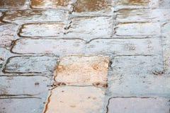 Regendruppels die op de Tegels van het Pooldek ploeteren Royalty-vrije Stock Fotografie