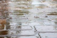 Regendruppels die op de Tegels van het Pooldek ploeteren Royalty-vrije Stock Afbeeldingen