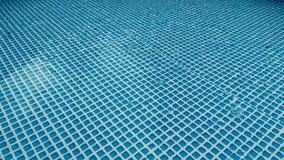 Regendruppels die in pool vallen Stock Foto