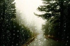 Regendruppels op autoraam stock afbeeldingen