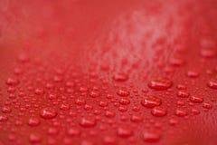 Regendruppels op ceramische met een laag bedekte rode auto met hydrophobic effect royalty-vrije stock foto
