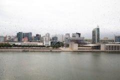 Regendruppels op de kabelbaan van de glascabine in Lissabon portugal Stock Foto
