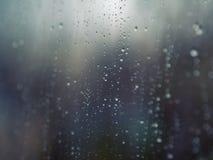 Regendruppels op de oppervlakte van glazen venster royalty-vrije stock afbeelding