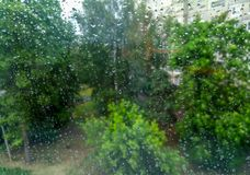 Regendruppels op de ruit stock foto's