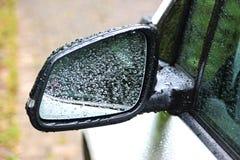 Regendruppels op de spiegel van een auto royalty-vrije stock fotografie