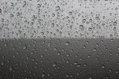 Regendruppels op een auto Stock Fotografie